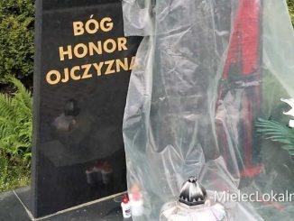 """Czerwona farba na mieleckim pomniku """"Solidarności"""""""